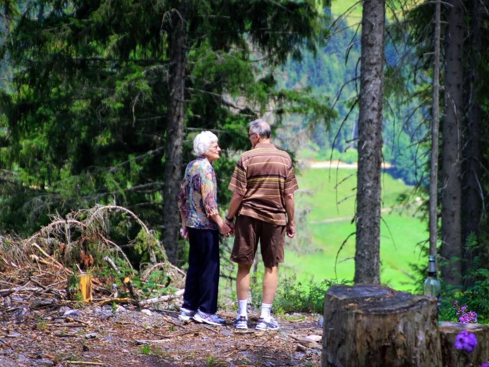 זוג מבוגר אוחזים ידיים ביער
