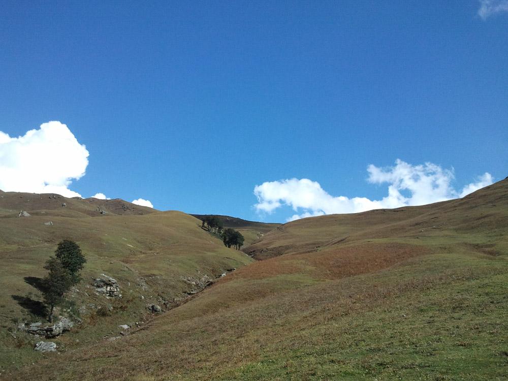 גבעות בשמיים כחולים