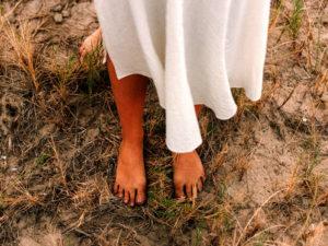 כפות רגליים יחפות על אדמה