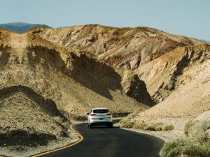 רכב נוסע בכביש מדברי
